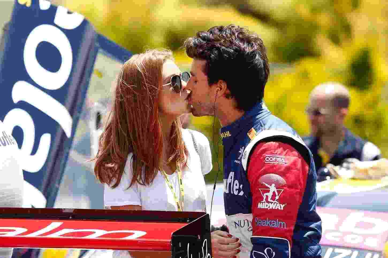 16.out.2016 - Marina Ruy Barbosa troca beijos com o noivo, o piloto Xandinho Negrão, neste domingo. - Paulo Lisboa/BPP/AgNews