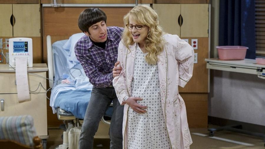 """Howard e Bernadette na sala de parto em """"The Big Bang Theory"""" - Divulgação/CBS"""