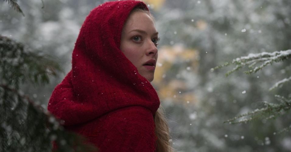 """Cena do filme """"A Garota da Capa Vermelha"""" (2011), de Catherine Hardwicke"""
