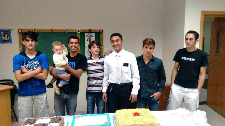 Da esquerda para a direita, Bruno, 18, Éderson, 43, (com o bebê no colo), Jean, 13, Eduardo, 22, Kelvin, 19, e Rafael, 21 - Arquivo pessoal