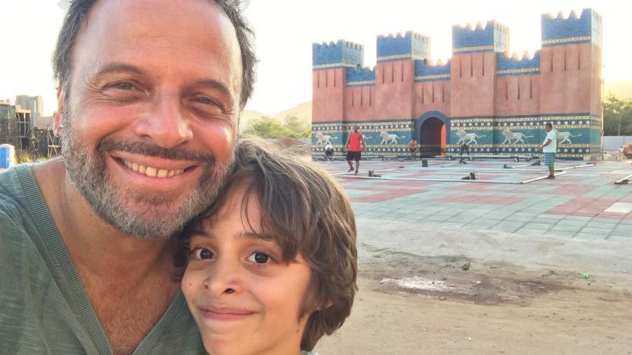 """Marcos Breda e o filho, o também ator Daniel Breda, na cidade cenográfica de """"O Rico e Lázaro"""" - Arquivo pessoal"""