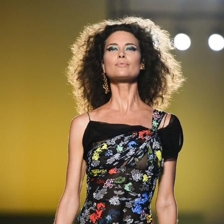 A modelo Shalom Harlow em desfile da Versace - Miguel Medina/AFP