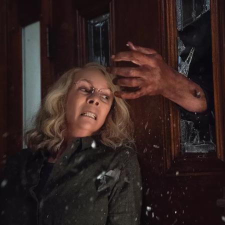 """Laurie Strode (Jaime Lee Curtis) é perseguida por Michael Myers em """"Halloween"""" (2018)  - Divulgação"""