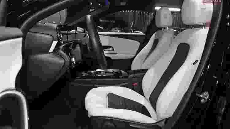 Posição de dirigir é baixa, bem clássica dos Mercedes-Benz - Murilo Góes/UOL