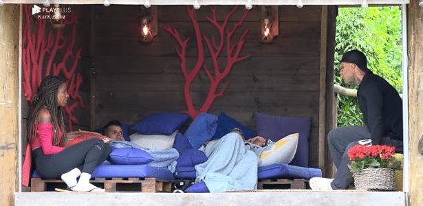 Luane Dias conversa com peões na casa da árvore