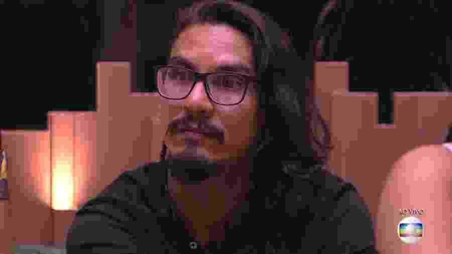 Vanderson escuta Tiago Leifert falar sobre o super paredão - Reprodução/TvGlobo