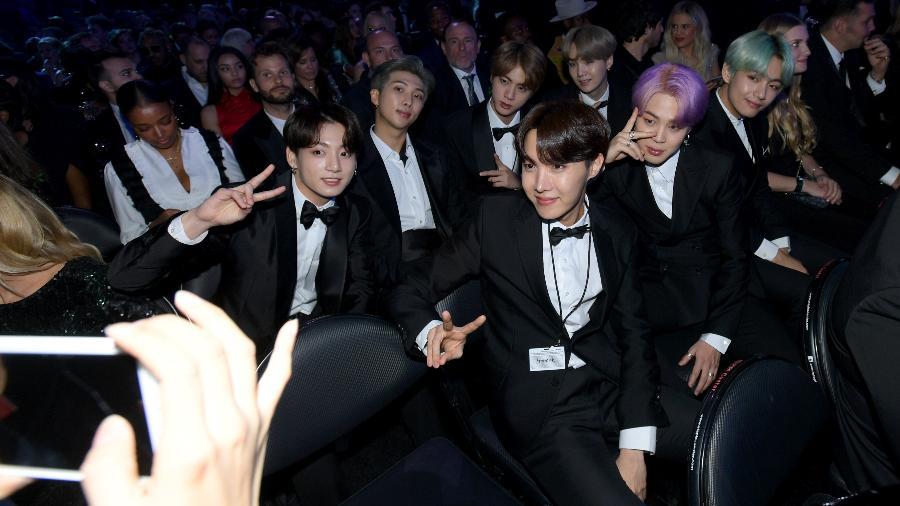 Os integrantes do BTS tiram foto na plateia do Grammy 2019 - Getty Images
