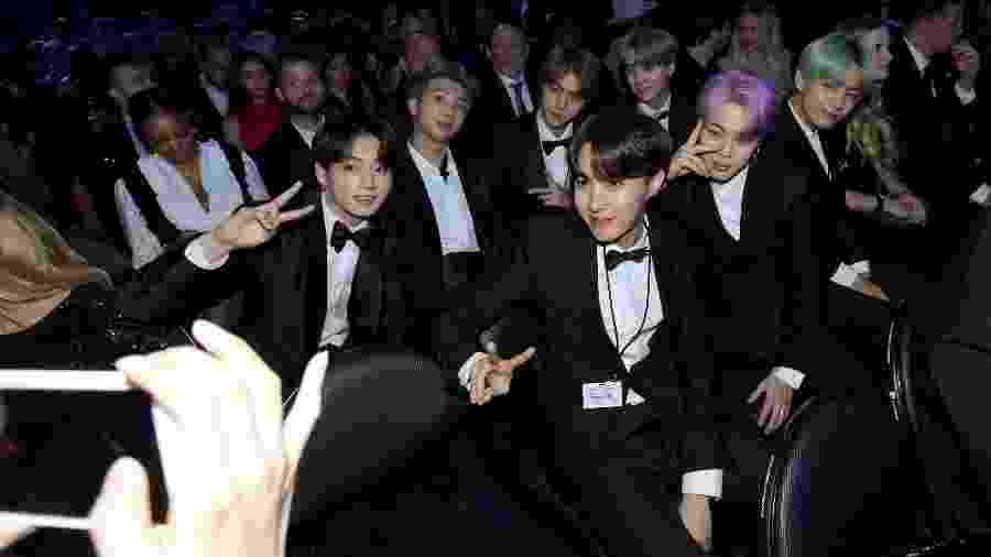 Os integrantes do BTS tiram foto na plateia do Grammy 2019 - Getty Images