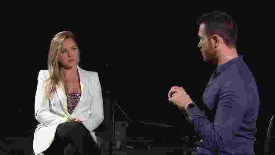 Aline Hauck, mãe do filho de Carlinhos Mendigo, concede entrevista ao repórter Tom Bueno para o Domingo Show - Divulgação/Record