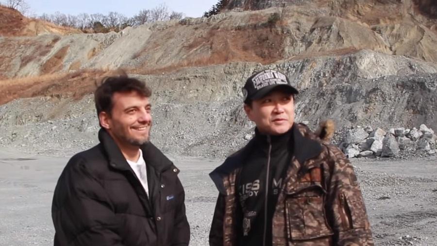 O cantor Ricardo Cruz visita pedreira de Jaspion com o ator Hiroshi Watari - Reprodução/YouTube/Ricardo Cruz