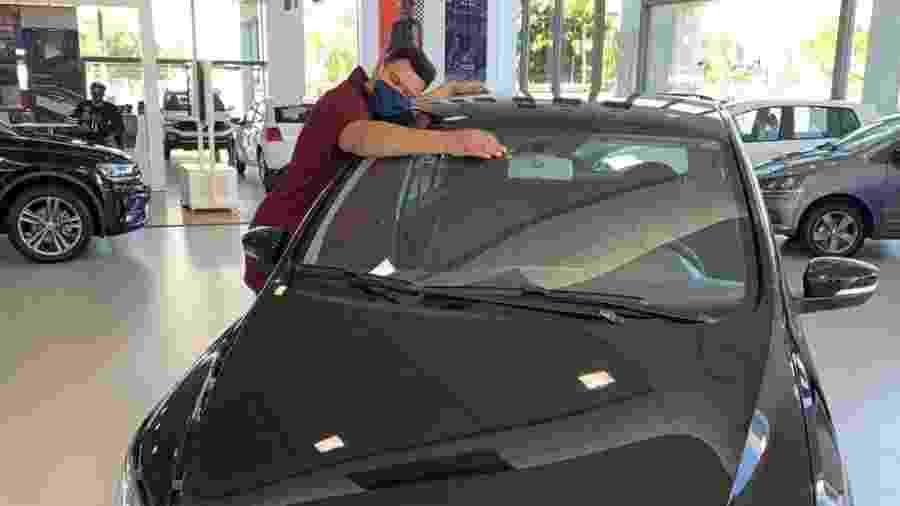 Babu posa com Volkswagen Fox que ganhou de startup - Divulgação