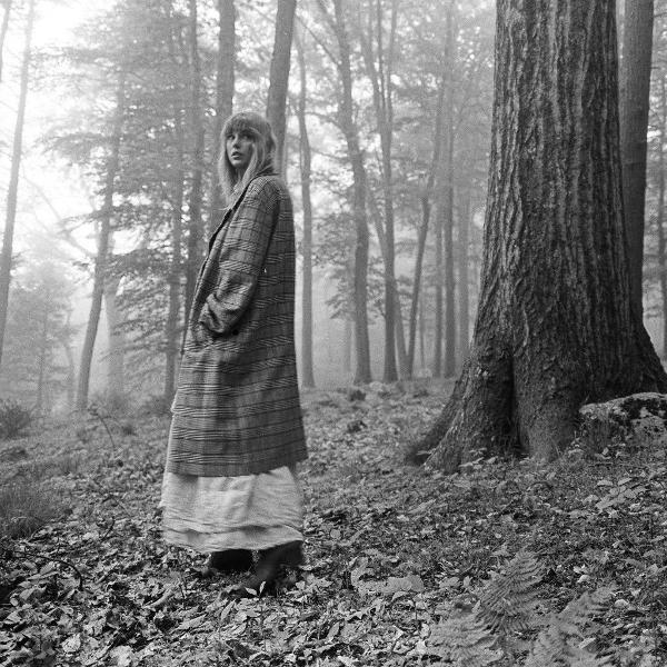 Taylor Swift em foto de divulgação do seu álbum, 'Folklore'