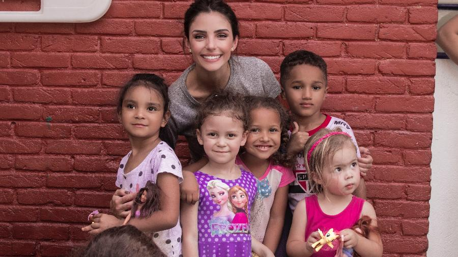 Carol Celico e crianças que receberam doações da Fundação Amor Horizontal, criada por ela em 2014 - Divulgação