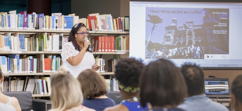 A assistente social Roseli Rocha(que também faz parte da direção do Comitê Pró-Equidade de Gênero e Raça), na biblioteca de Manguinhos. - Raquel Portugal (Fiocruz).