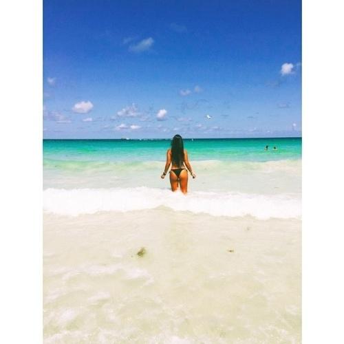 """18.jun.2015 - Circulando desde a semana passada por Miami, nos Estados Unidos, a ex-BBB15 Amanda decidiu aproveitar a praia com águas cristalinas e publicou uma foto sua de biquíni no Instagram, na tarde desta quinta-feira. Usando um modelo ao estilo brasileiro, mais cavado no bumbum, a sister arrancou elogios de seus seguidores. """"Simplesmente perfeita"""", disse um"""