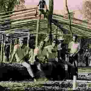 Membros d'Os Independentes e operários trabalham na construção do Parque do Peão de Barretos, em 1985 - Divulgação