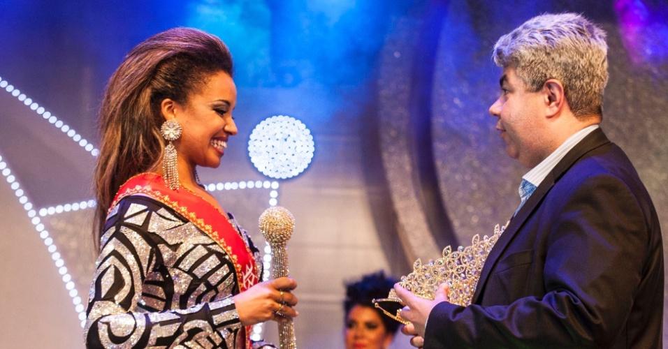 18.dez.2015 - Verônica Bolani, da Vai-Vai, é premiada como rainha do Carnaval paulistano de 2016