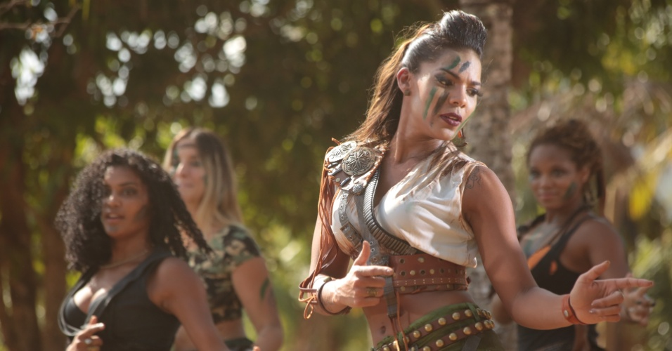 """A cantora Tays Reis em cena do clipe de """"Metralhadora"""", da banda Vingadora"""