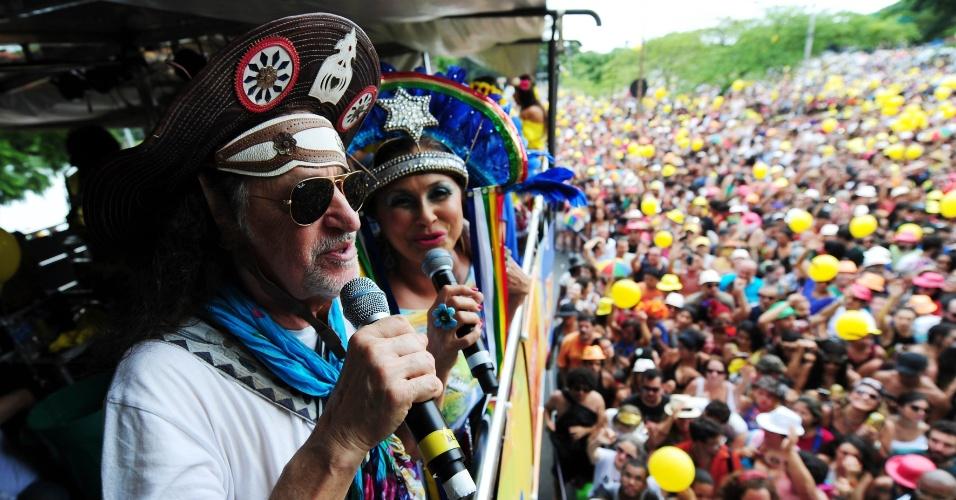 30.jan.2016 - Em São Paulo, Alceu Valença e Fafá de Belém animam foliões durante desfile do bloco Bicho Maluco Beleza.