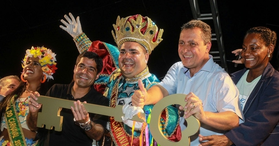 3.fev.2015 - Rei Momo recebe a chave da cidade de Salvador e declara o período de folia oficialmente aberto na cidade