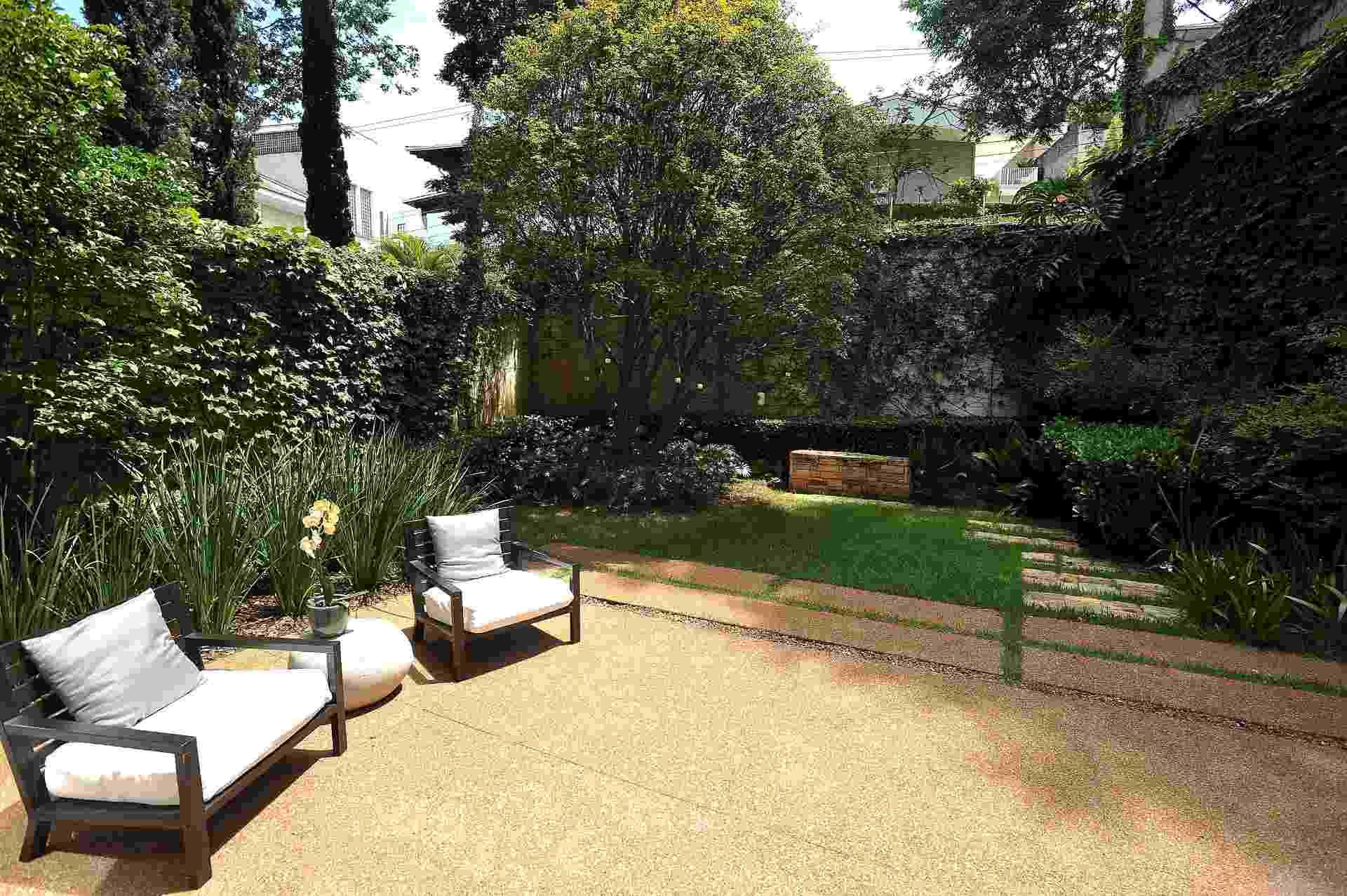 A paisagista Claudia Diamant determinou para o jardim de uma casa de vila, na zona sul de São Paulo, a criação de dois patamares. No nível principal mesclou espécies contemporâneas com algumas pré-existentes como a jabuticabeira e as nandinas (Nandina domestica) e criou uma área de descanso - Reinaldo Canato/ UOL
