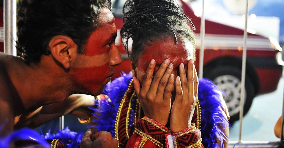 7.fev.2016 - Dispersão da X-9 Paulistana, a última a desfilar no grupo especial do Carnaval de São Paulo, é marcada por choro de integrantes. A escola teve diversos problemas durante o desfile e teve de correr para não estourar o tempo