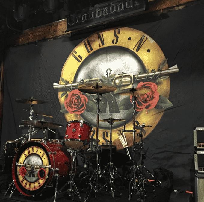 O twitter oficial da banda postou uma foto da bateria já pronta para o show no Troubador - Reprodução
