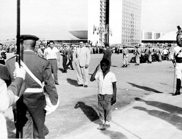 Pequeno candango bate continência para um soldado no dia da inauguração da capital federal - Divulgação / Arquivo Público do Distrito Federal