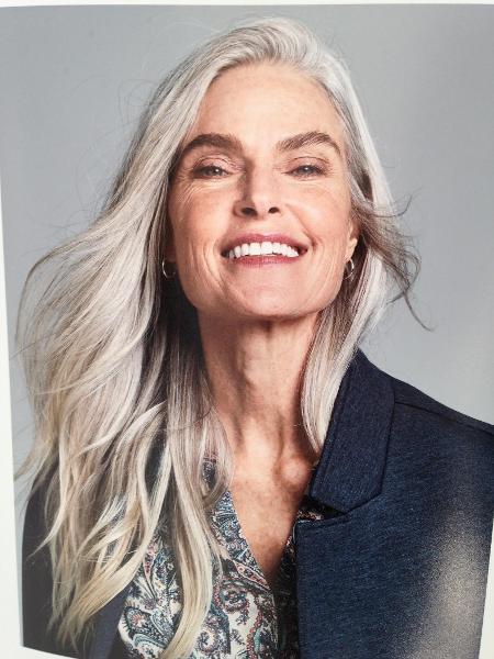 Cabelo branco e rugas chamam a atenção na beleza de Roxanne Gould - Sebastian Kim/Divulgação