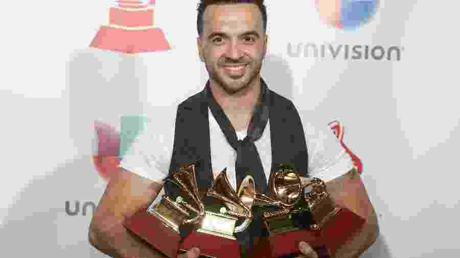 """Luis Fonsi com os quatro troféus por """"Despacito"""" - Steve Marcus/Reuters"""