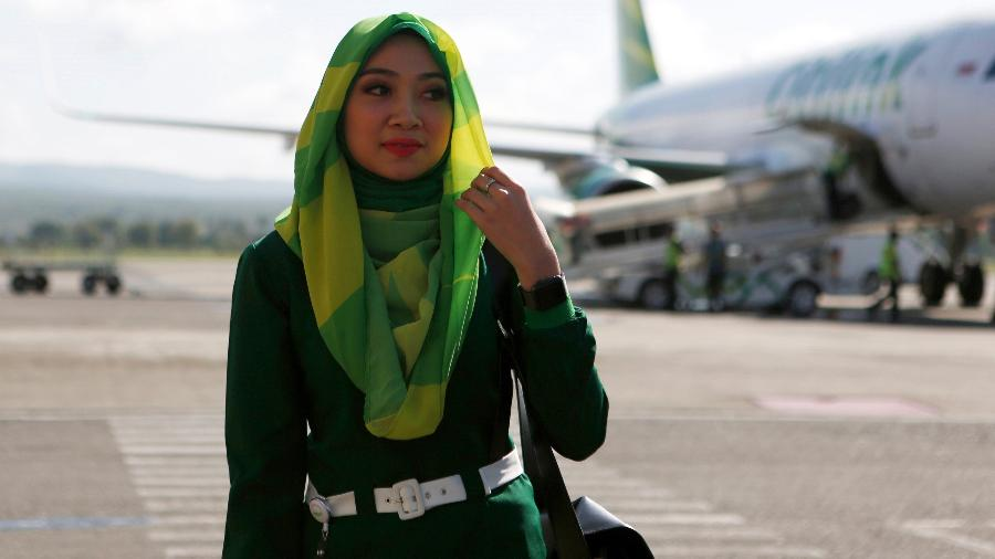 Aeromoça no aeroporto Sultan Iskandar Muda em Aceh, na Indonesia - EFE