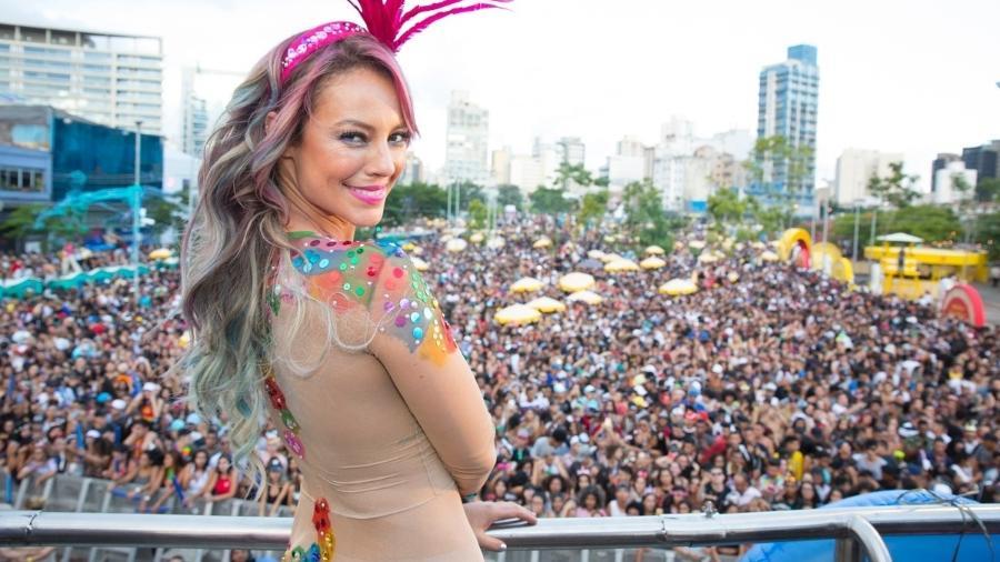 Com cabelo colorido e transparência, Paolla Oliveira arrasta multidão como musa do Bloco da Favorita, no Largo da Batata, zona oeste de São Paulo - Felipe Panfili/Divulgação