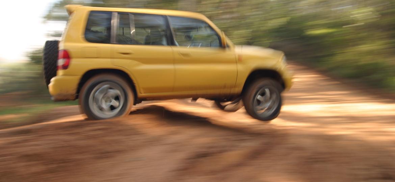 SUV de verdade não tem medo de lama ou de pancada... mas fique atento à estrutura ao comprar um TR4 usado - Rogério Cassimiro/Folhapress