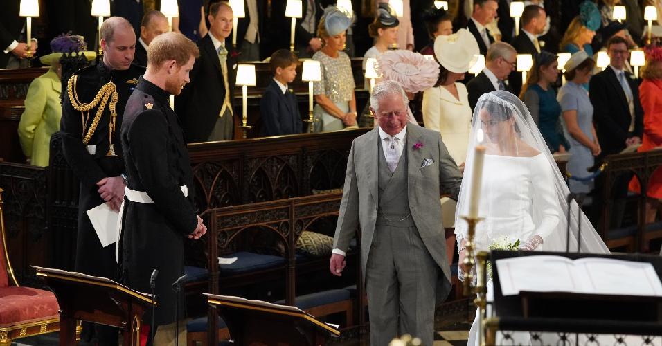 Meghan é conduzida pelo príncipe Charles ao altar