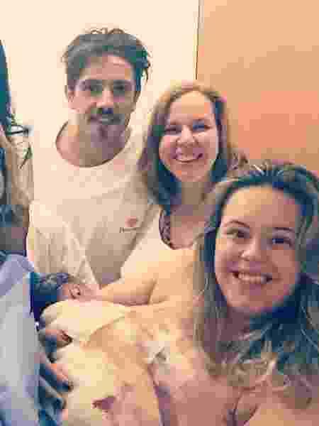 Ao lado de Rafael Cardoso e da equipe médica, Mari Bridi posa com o filho Valentim - Reprodução/Instagram