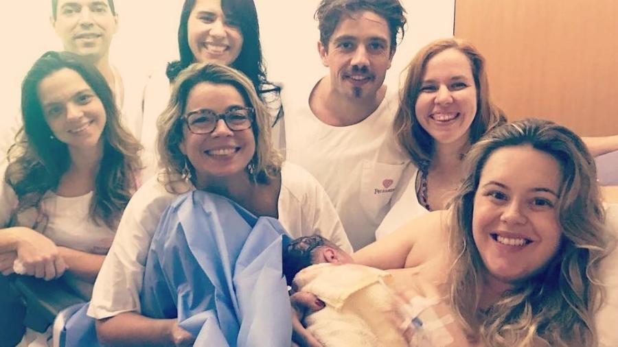 Ao lado de Rafael Cardoso e da família, Mari Bridi posa com o filho Valentim - Reprodução/Instagram