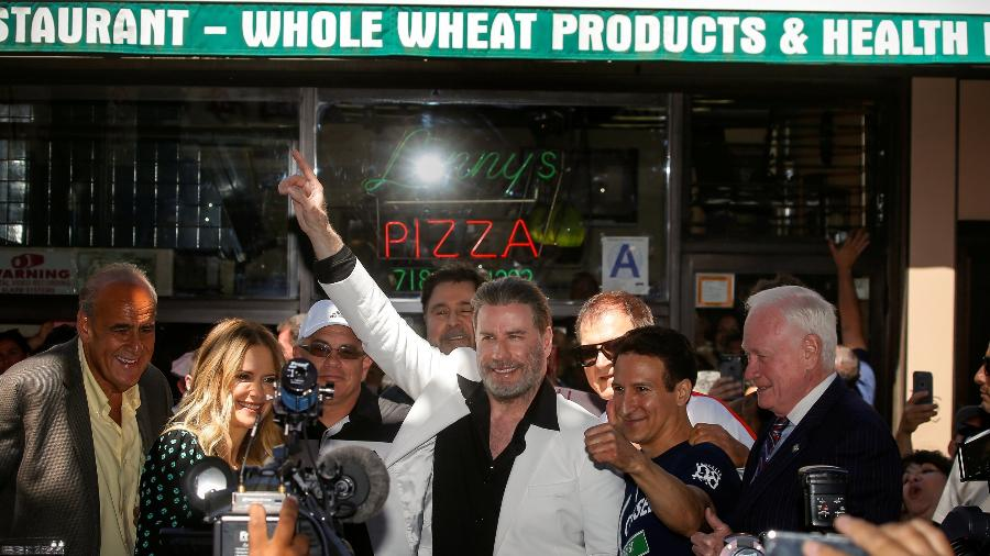 """John Travolta aparece na frente da Lenny""""s Pizza para comemorar """"Os Embalos de Sábado à Noite"""" - REUTERS/Brendan McDermid"""