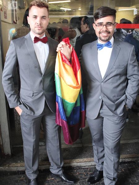 À direita o pastor LGBT Gregory Rodrigues com seu esposo à esquerda - Divulgação