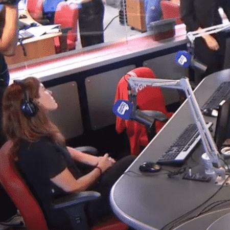 """Cadeira de Boechat (com uma blusa vermelha) foi """"aposentada"""" e não será mais usada - Reprodução/Band News FM - Reprodução/Band News FM"""