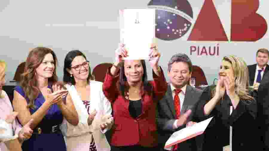 Flávia Vellenares (ao centro) durante a cerimônia de entrega das carteiras da OAB, em Teresina - Arquivo pessoal