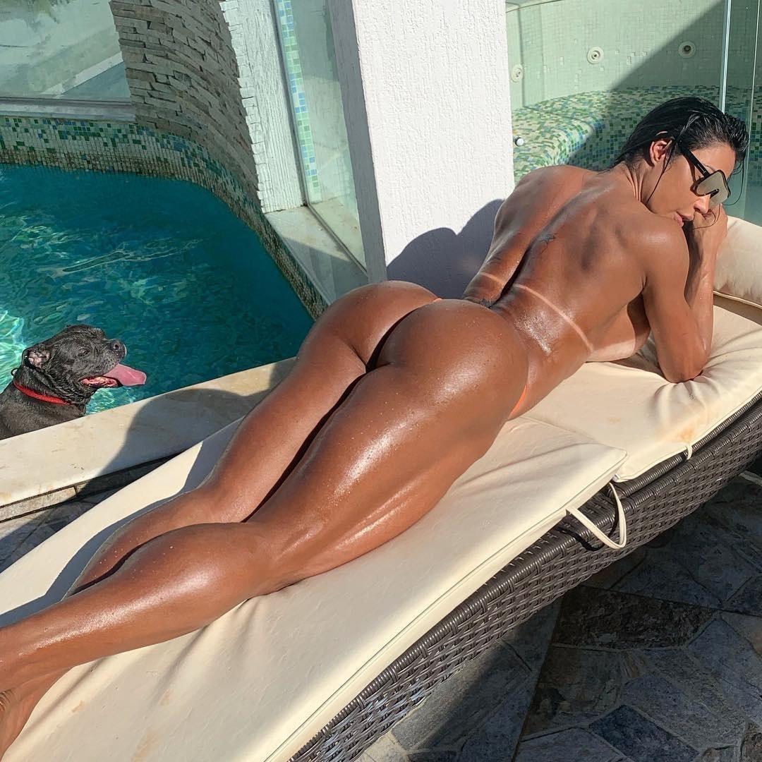 Angela Pelada gracyanne barbosa pega sol nua em piscina sob olhar atento