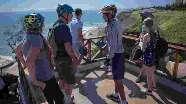 Na capital peruana, Michael e Debbie adoraram o passeio de bicicleta perto do Pacífico - Divulgação/Airbnb