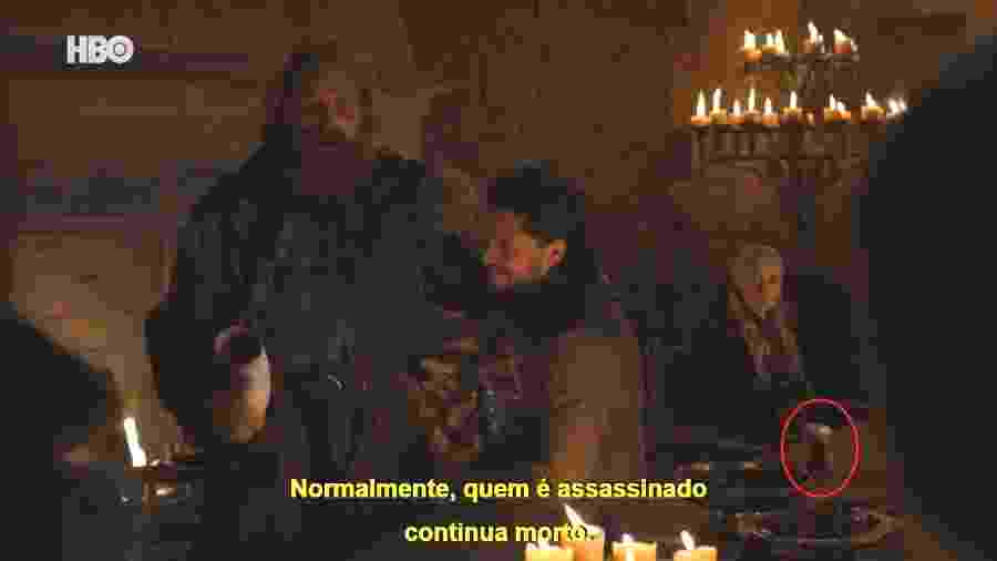 """Copo de café foi esquecido em cena do quarto episódio de """"Game of Thrones"""" - Reprodução e Montagem/UOL"""