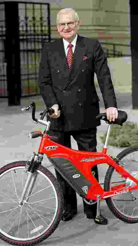 Lee Iacocca voltou a Detroit em 1998 e anunciou planos de vender 50 mil bicicletas elétricas por ano - John Hillery/Foto de arquivo/Reuters