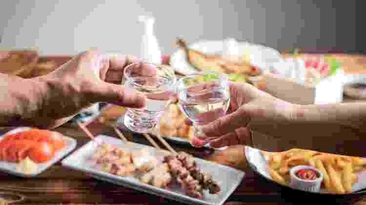 Brinde de saquê no Japão, bebida japonesa, kanpai - ahirao_photo/Getty Images/iStockphoto - ahirao_photo/Getty Images/iStockphoto