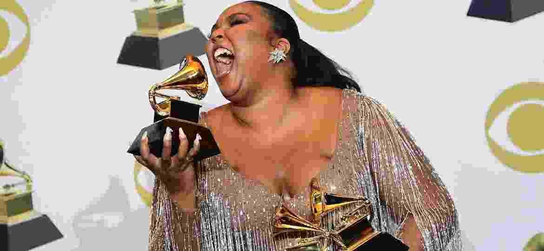Lizzo brinca com seus três Grammys - FREDERIC J. BROWN/AFP