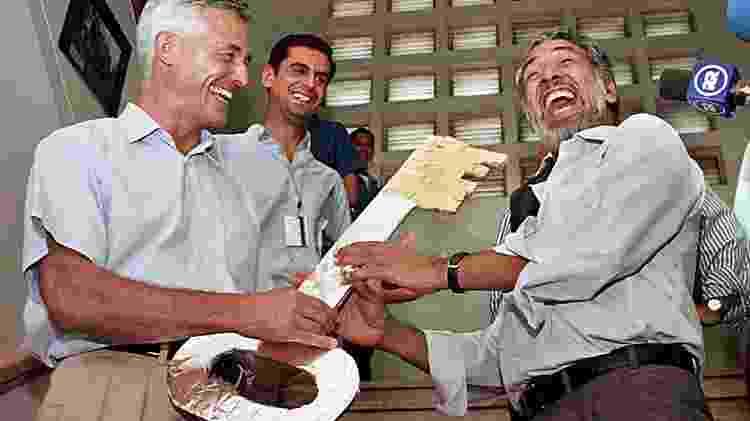 Sérgio Vieira de Mello com o presidente eleito do Timor Leste, Xanana Gusmão, em foto de 2002 - Antonio Dasiparu/AFP Photo