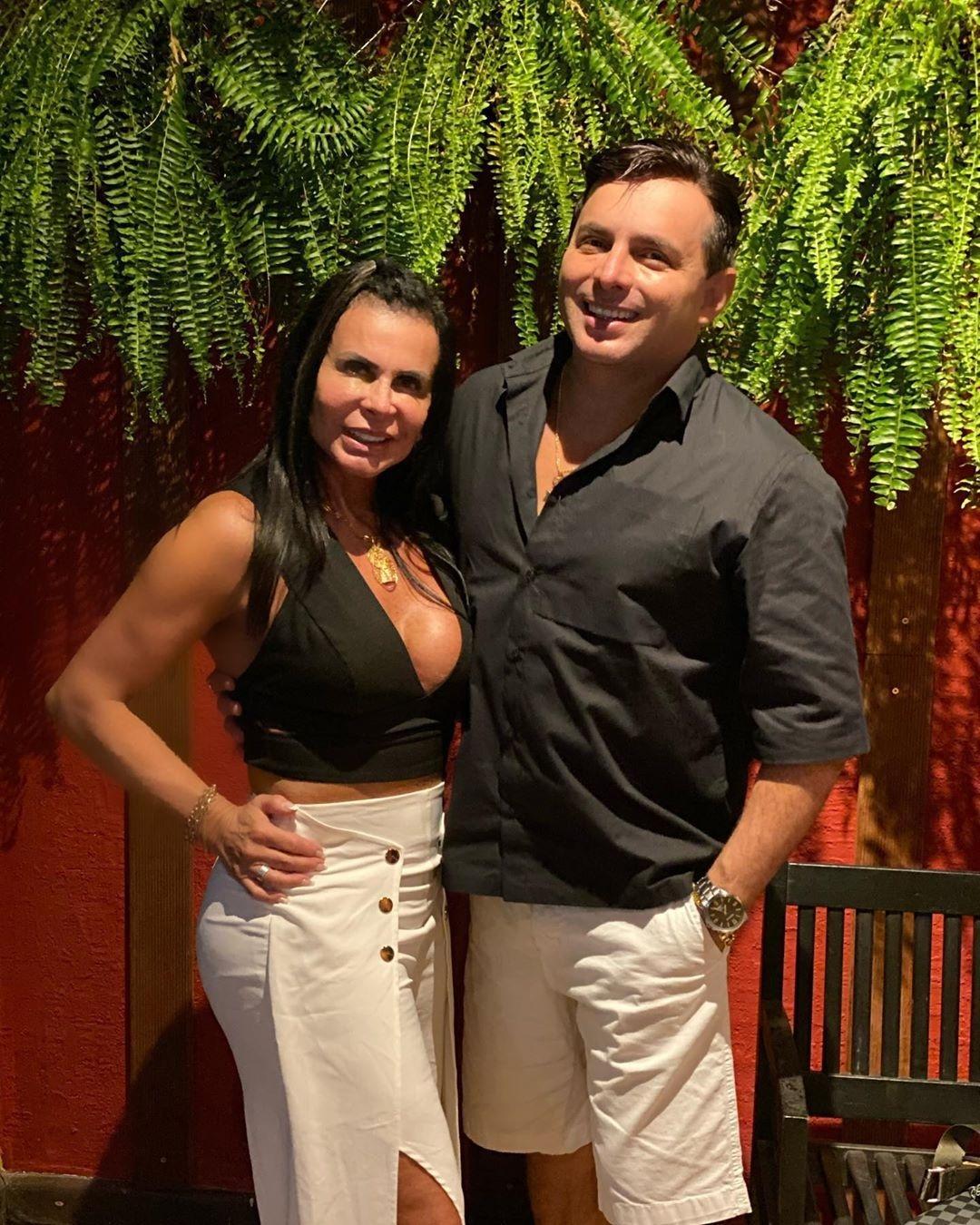 Gretchen posa ao lado do noivo Esdras de Souza
