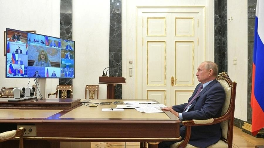 """Em uma reunião de governo hoje, Vladimir Putin disse que a prioridade é fornecer a """"EpiVacCorona"""" primeiramente aos russos - Reprodução/Kremlin"""