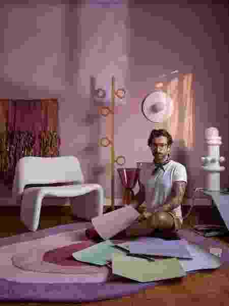 O consultor de cores Michell Lott na sala de estar com a cor Meia-Luz - Divulgação